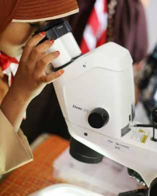 First look into a microscope. [Foto: Klas Inspirasi Jambi]