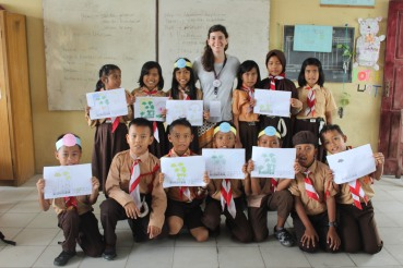 Clara Zemp and the pupils, after the lecture. [Foto: Klas Inspirasi Jambi]